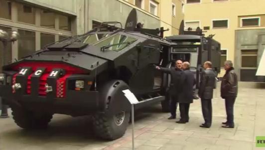 """Putin thị sát dòng xe """"Kẻ trừng phạt"""" mới của đặc vụ Nga"""