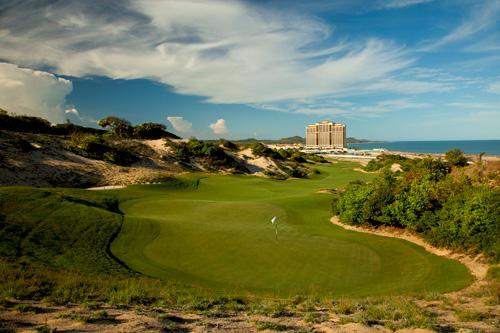 Chơi golf đầu xuân được đêm nghỉ miễn phí tại Hồ Tràm Strip - 6