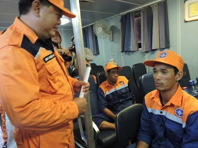 10 thuyền viên ngồi hơn 3 giờ trong thuyền thúng chờ cứu hộ - 1