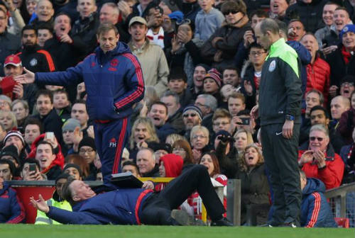 Cực dị: Chelsea hồi sinh nhờ... bóng ném và rugby - 2