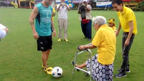 Hy hữu: Barcelona ký hợp đồng sốc với bà lão 102 tuổi - 1