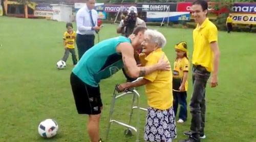 Hy hữu: Barcelona ký hợp đồng sốc với bà lão 102 tuổi - 2