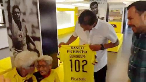 Hy hữu: Barcelona ký hợp đồng sốc với bà lão 102 tuổi - 3