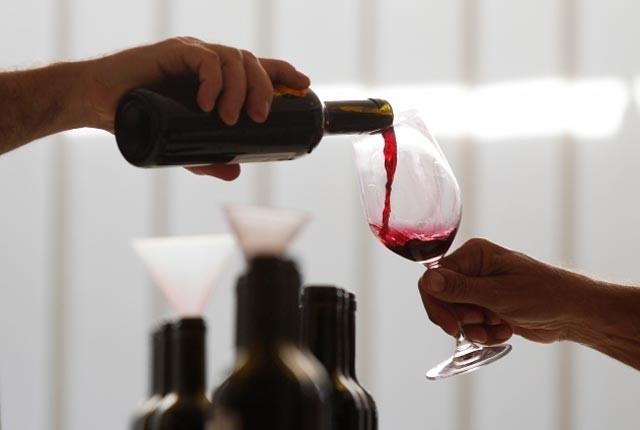 Uống rượu vang đỏ trước khi ngủ giúp phụ nữ giảm cân - 1