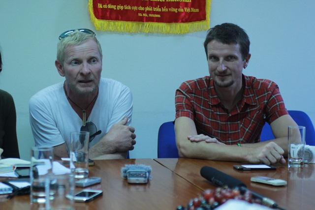 Hai ông Tây đi bộ 7.000km, quyên góp tiền cho trẻ em VN - 1