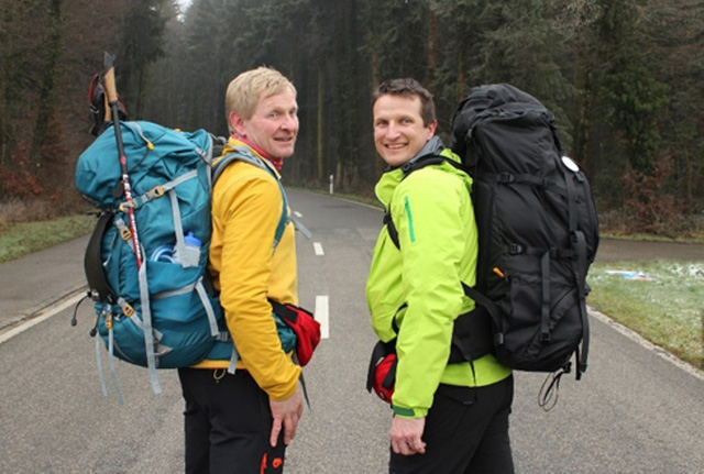 Hai ông Tây đi bộ 7.000km, quyên góp tiền cho trẻ em VN - 2