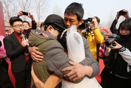 Cảm động chàng trai ung thư tổ chức đám cưới cho mẹ - 1