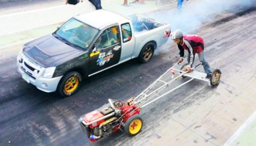 """Cuộc đua kỳ quặc: Ôtô """"hít khói"""" máy cày - 1"""