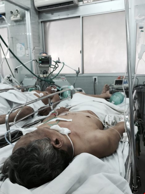 Ba người trong gia đình nằm gục bên vũng máu giữa đêm - 1
