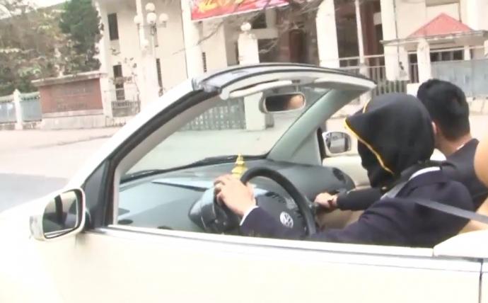Hãi hùng thanh niên bịt mắt lái ôtô mui trần trên phố Hà Nội - 1