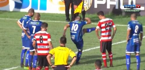 Cầu thủ Brazil giết rắn bằng chân rồi ghi bàn - 1
