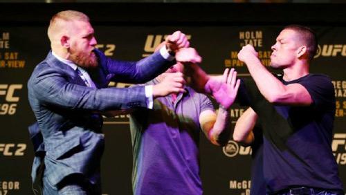 """""""Gã điên UFC"""" tẩn đối thủ, họp báo hỗn loạn - 1"""