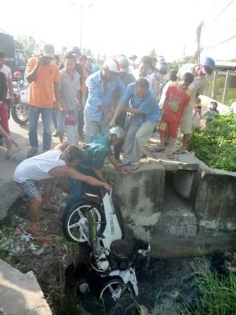 Hãi hùng phát hiện thi thể bị xe máy đè dưới cống - 3
