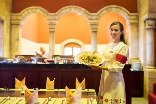 Bà Nà Hills trao hơn 900 quà tặng giá trị cho du khách nữ dịp 8/3 - 2