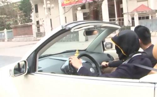 Trần tình của nam thanh niên bịt mắt lái ô tô giữa phố HN - 1