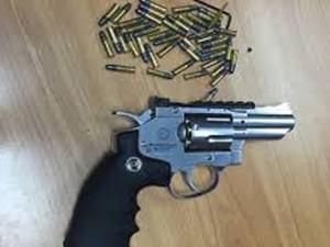 Tin tức trong ngày - Hai hành khách mang theo súng xuống sân bay Nội Bài