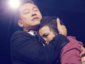 Ngàn fan xúc động khi Tuấn Hưng ôm chặt bé gái ung thư