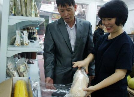 Ông Đoàn Văn Vươn tiếp thị vịt biển ở Hà Nội - 1