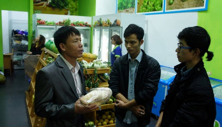 Ông Đoàn Văn Vươn tiếp thị vịt biển ở Hà Nội - 2