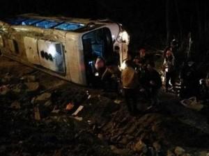 Tin tức trong ngày - Xe khách đi chùa lật nhiều vòng, nhiều người bị thương