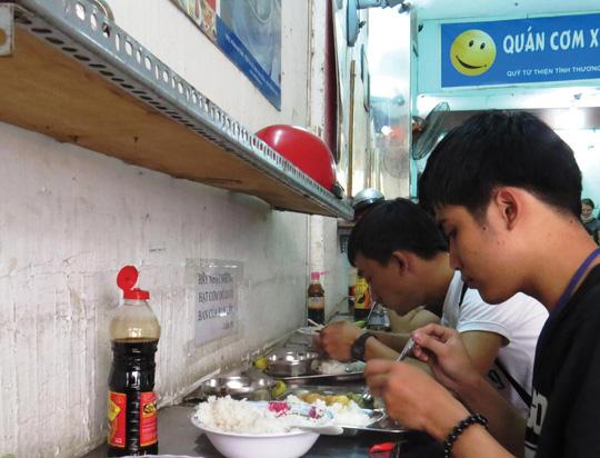 Cơm từ thiện Sài Gòn: Đâu chỉ cần mỗi tấm lòng - 1