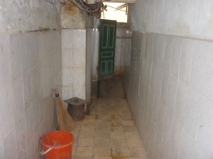 Cám cảnh xếp hàng chờ vệ sinh giữa Hà Nội - 3