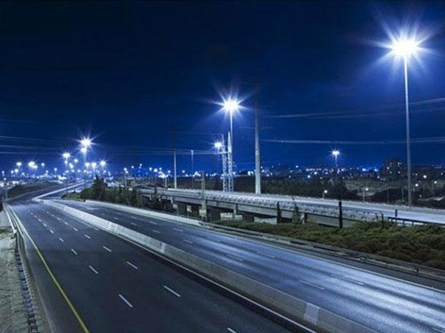 Thí điểm dùng năng lượng mặt trời chiếu sáng giao thông - 1