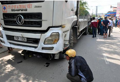 Xe tải tông chết 2 mẹ con, dân lập thùng quyên góp tại chỗ - 1