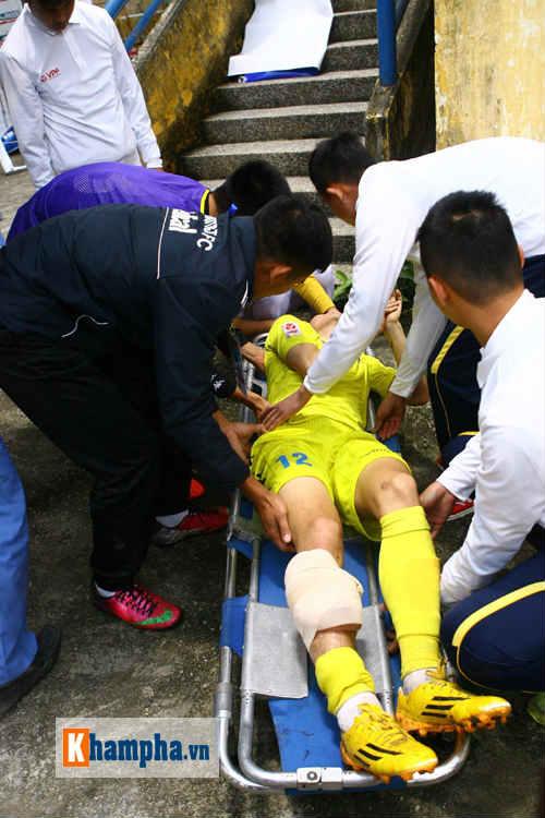 """""""So găng"""" derby Hà Nội, Thanh Hào nhập viện khẩn cấp - 7"""