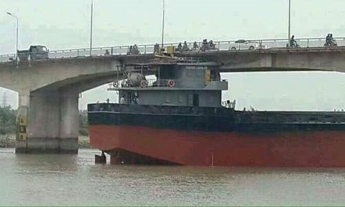 Nguy cơ sập cầu An Thái sau khi bị tàu 3.000 tấn đâm - 1