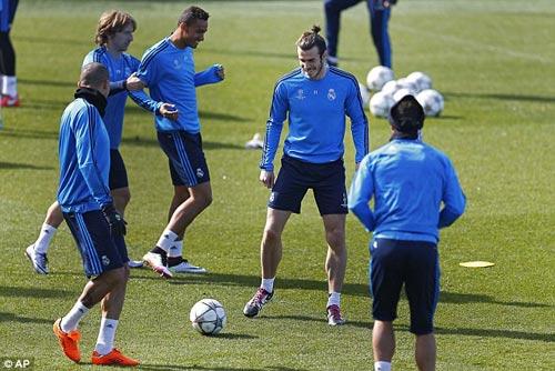 """Chuyện lạ: Đắt giá nhất thế giới, Bale đi tất """"rách"""" - 4"""