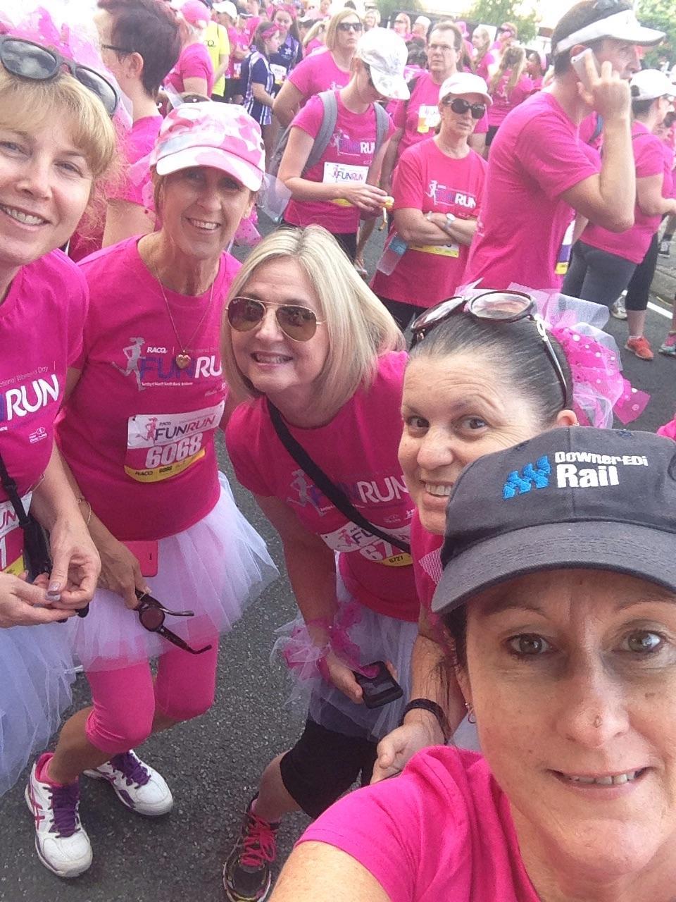 """Úc: Chục ngàn """"bóng hồng"""" chạy gây quỹ ung thư vú ngày 8.3 - 8"""