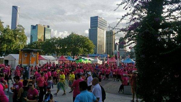 """Úc: Chục ngàn """"bóng hồng"""" chạy gây quỹ ung thư vú ngày 8.3 - 6"""
