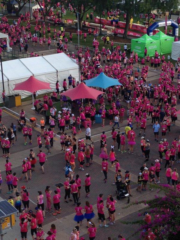 """Úc: Chục ngàn """"bóng hồng"""" chạy gây quỹ ung thư vú ngày 8.3 - 7"""