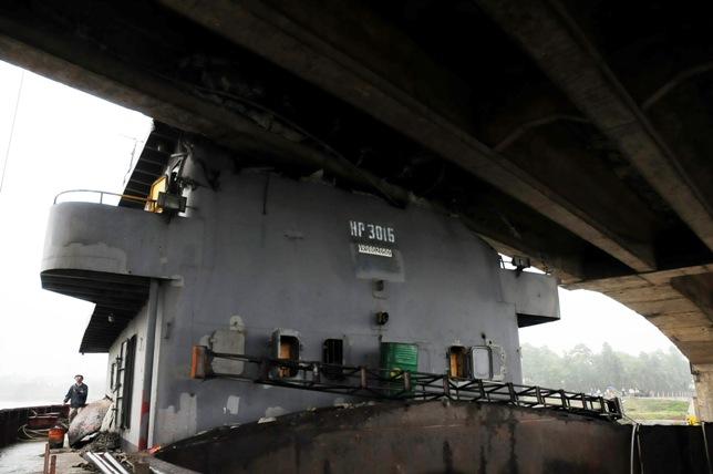 """Cận cảnh """"vết thương"""" cầu An Thái sau khi bị tàu 3.000 tấn đâm - 14"""
