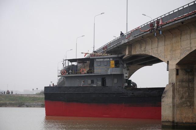 """Cận cảnh """"vết thương"""" cầu An Thái sau khi bị tàu 3.000 tấn đâm - 15"""