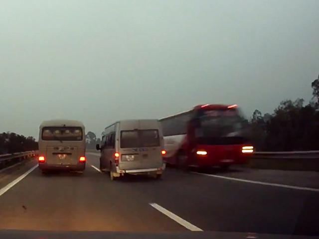 Clip: Xe khách đi ngược chiều lao vun vút trên cao tốc HN-Lào Cai - 1