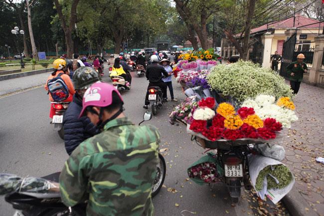 """""""Soái ca"""" tấp nập ra phố mua hoa ngày 8.3 - 1"""