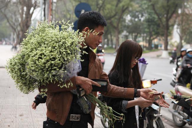 """""""Soái ca"""" tấp nập ra phố mua hoa ngày 8.3 - 10"""