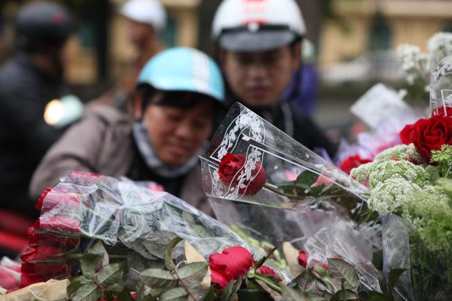 """""""Soái ca"""" tấp nập ra phố mua hoa ngày 8.3 - 11"""