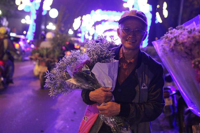 """""""Soái ca"""" tấp nập ra phố mua hoa ngày 8.3 - 12"""