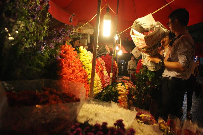 """""""Soái ca"""" tấp nập ra phố mua hoa ngày 8.3 - 14"""