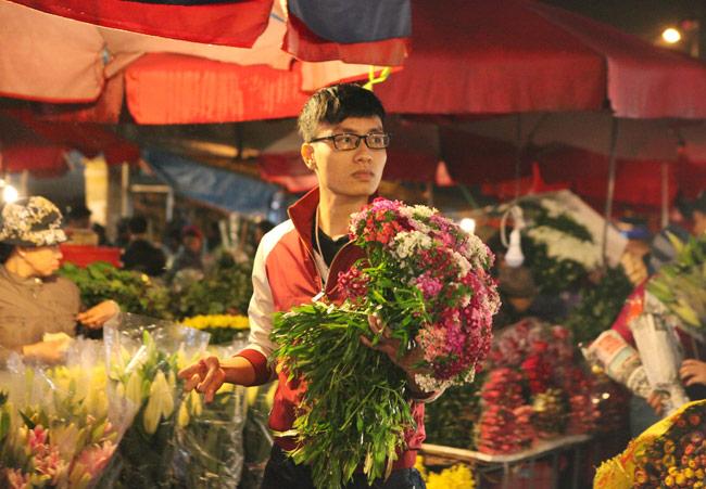 """""""Soái ca"""" tấp nập ra phố mua hoa ngày 8.3 - 15"""
