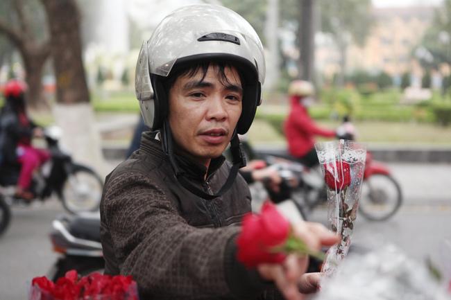 """""""Soái ca"""" tấp nập ra phố mua hoa ngày 8.3 - 2"""