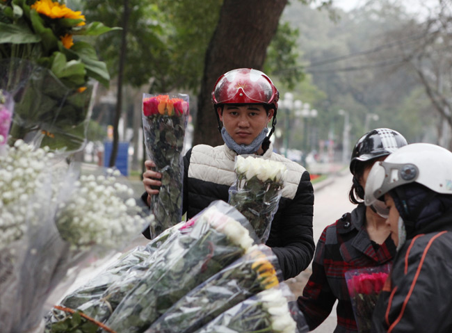 """""""Soái ca"""" tấp nập ra phố mua hoa ngày 8.3 - 3"""
