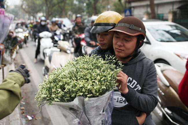 """""""Soái ca"""" tấp nập ra phố mua hoa ngày 8.3 - 4"""
