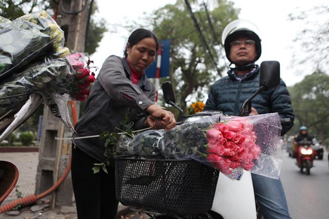 """""""Soái ca"""" tấp nập ra phố mua hoa ngày 8.3 - 5"""