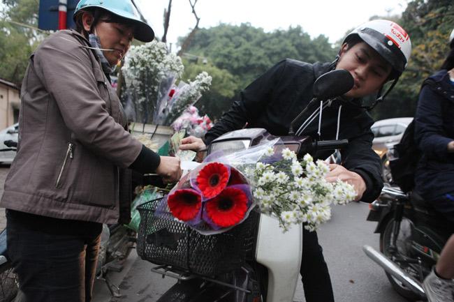 """""""Soái ca"""" tấp nập ra phố mua hoa ngày 8.3 - 6"""