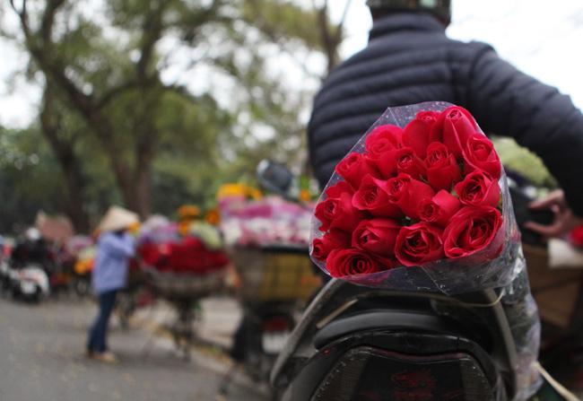 """""""Soái ca"""" tấp nập ra phố mua hoa ngày 8.3 - 7"""