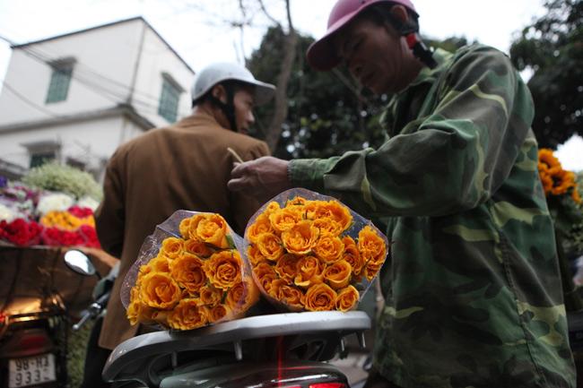 """""""Soái ca"""" tấp nập ra phố mua hoa ngày 8.3 - 8"""